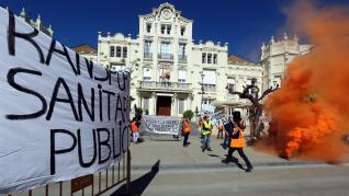 Protesta de los profesionales de los transportes sanitarios en Huesca.