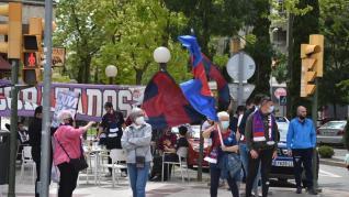 La afición del Huesca sale a la calle para animar a su equipo.