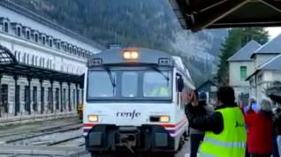 Llegada del último tren a la estación histórica de Canfranc.