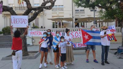 Protesta en la Plaza de Navarra de la capital oscense  Manifestantes cubanos   foto pablo segura 15 - 7 - 21