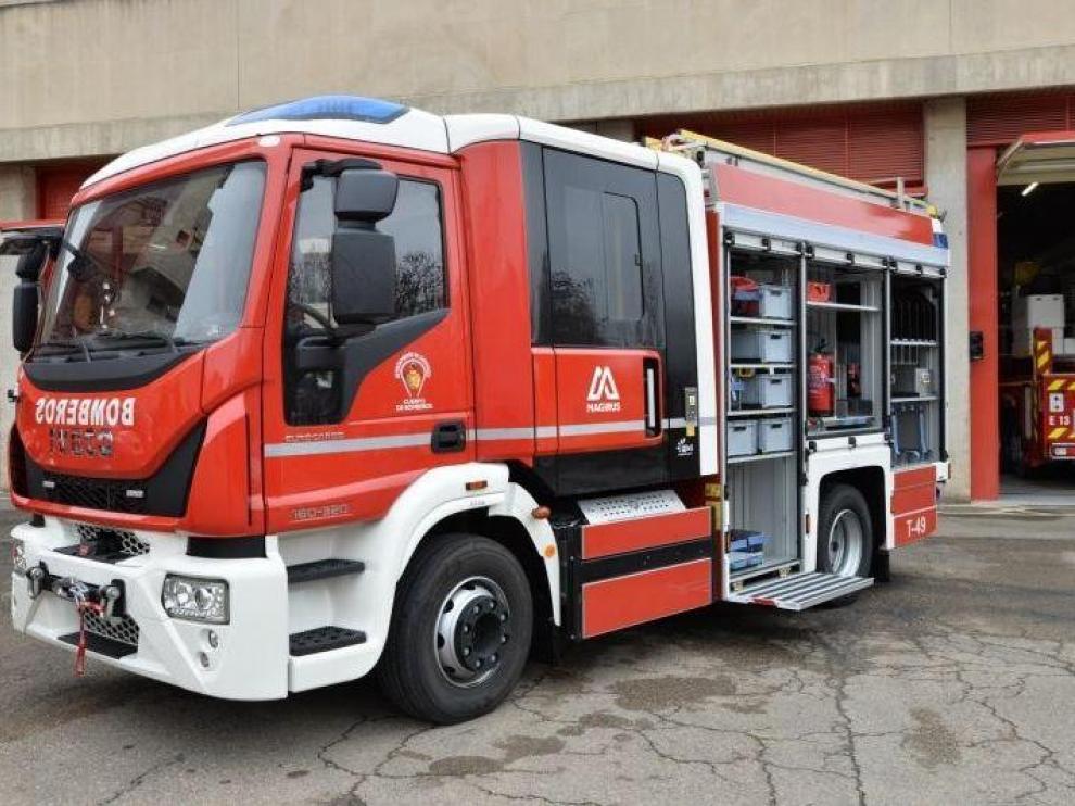 Bomberos trabajan en la extinción de un incendio en una industria de ascensores de Zaragoza