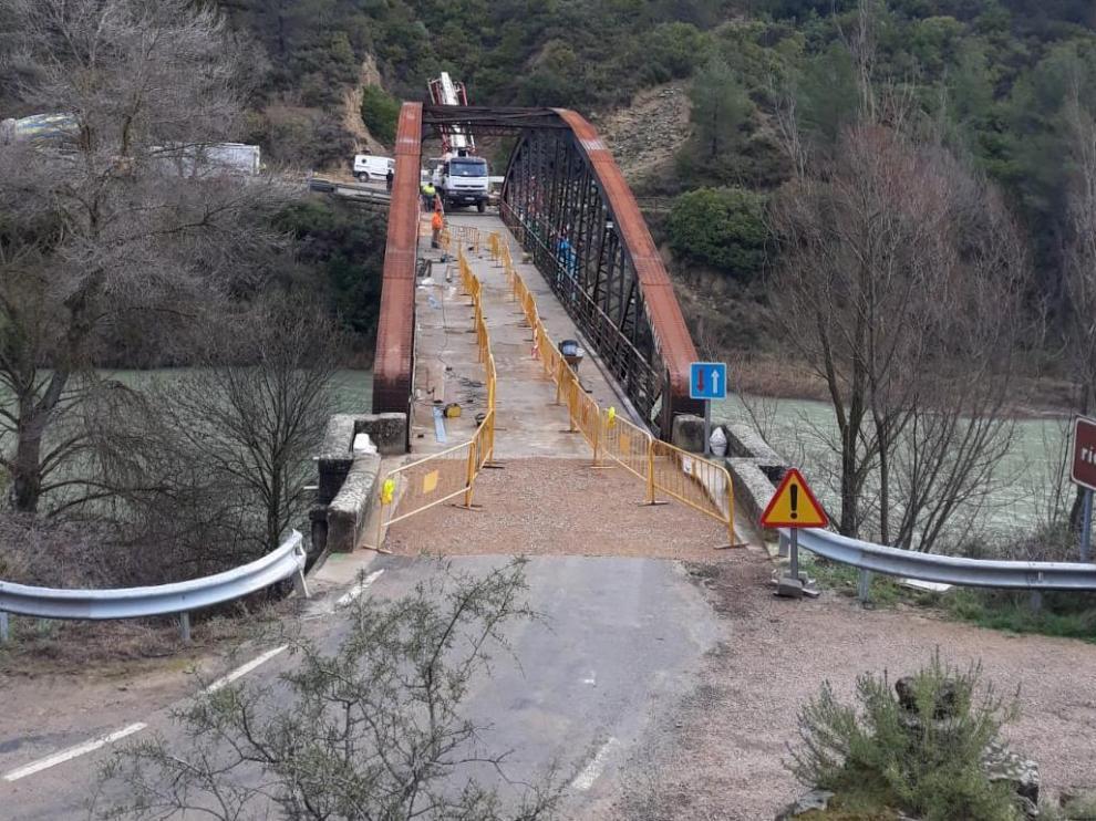 Obras en el Puente de Santa Eulalia de Gállego esta semana.