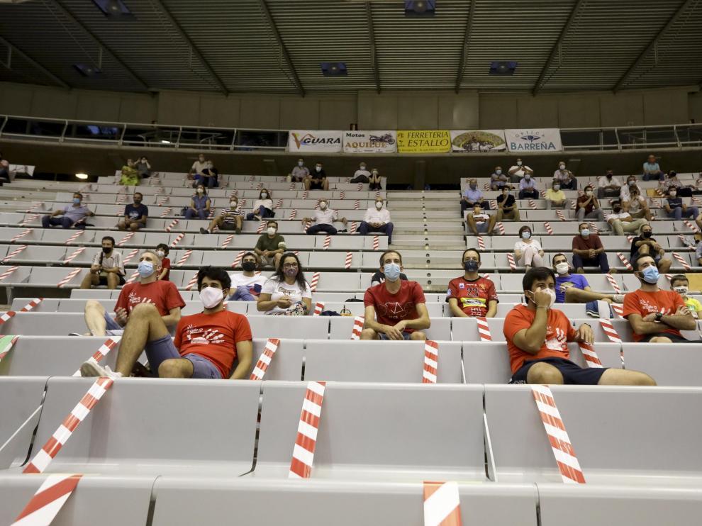 Público con mascarillas y distancia de seguridad en el Palacio de los Deportes para ver un partido del Bada