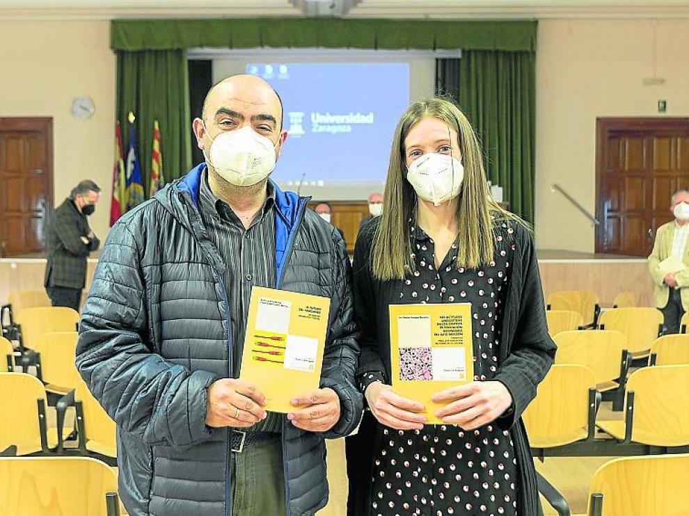 Antonio Eíto e Iris Campo mostrando sus trabajos