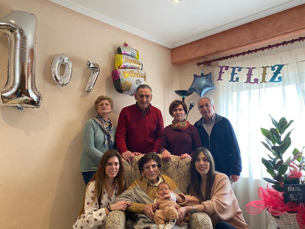 Generosa junto a su familia el día de su 107 cumpleaños