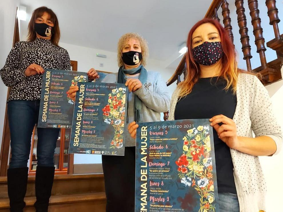 Nuria Pargada, Gabriela Ranga y Marta Luis muestra el cartel de la Semana de la Mujer.