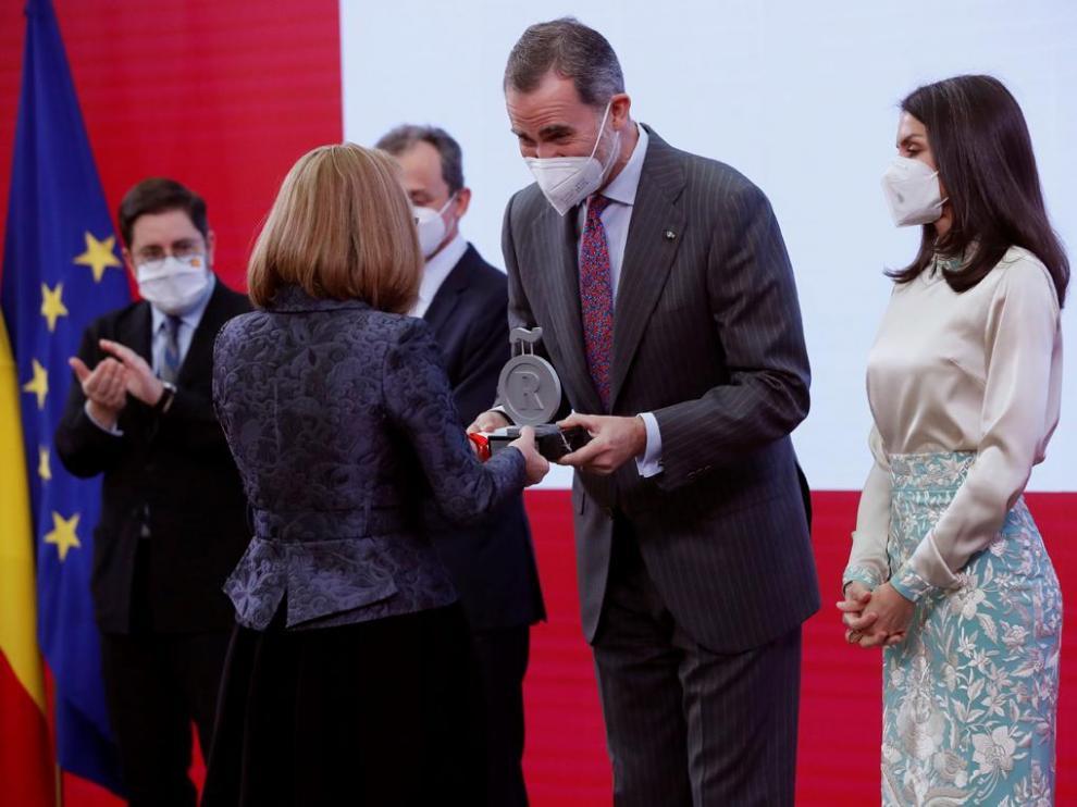 El Rey entrega la acreditación como embajadora de la Marca España a Belén Garijo.