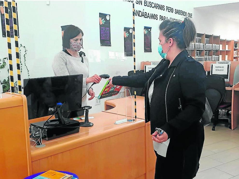 Imagen del primer día de reapertura de la Biblioteca de Sabiñánigo tras el confinamiento.