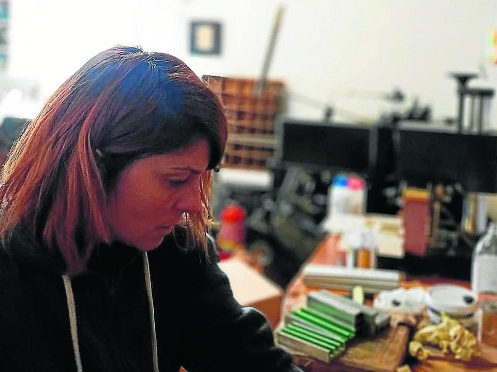 Carla Nicolás trabajando en su taller e imprenta artesanal.
