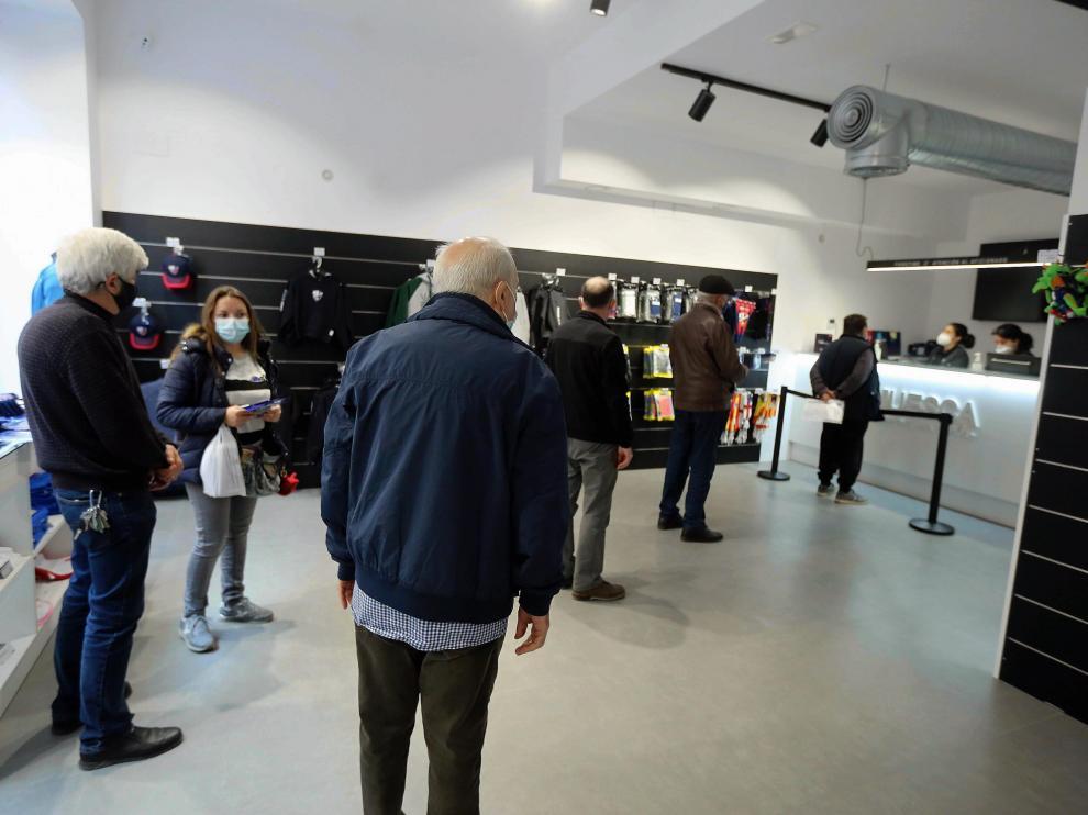 Las oficinas del Huesca recibieron numerosos abonados para renovar desde el primer día.