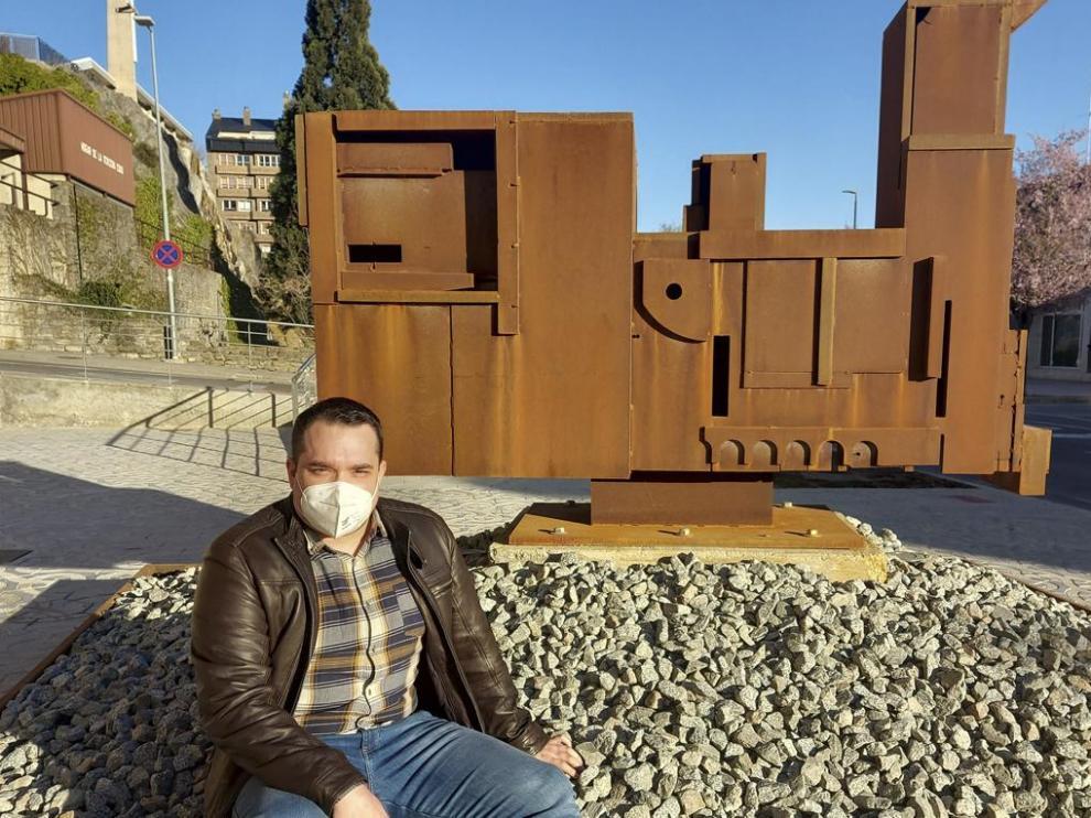 El concejal Héctor Lanaspa, en la escultura homenaje al ferrocarril.