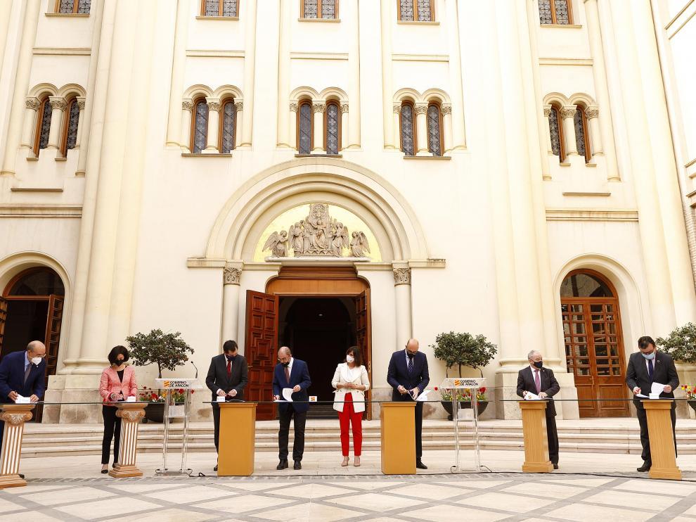 El Presidente de Aragón, Javier Lambán, acompañado por la directora de Turismo, Elena Allué, firma el acuerdo con el sector de la hostelería.