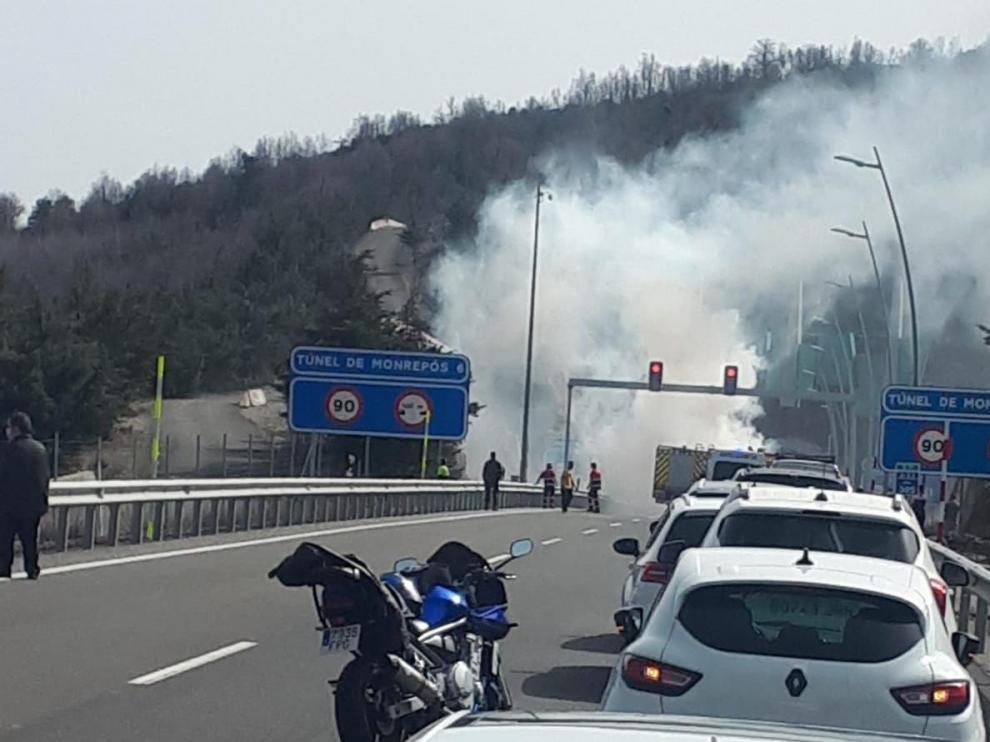 El humo era visible para los vehículos desde el exterior de la vía.