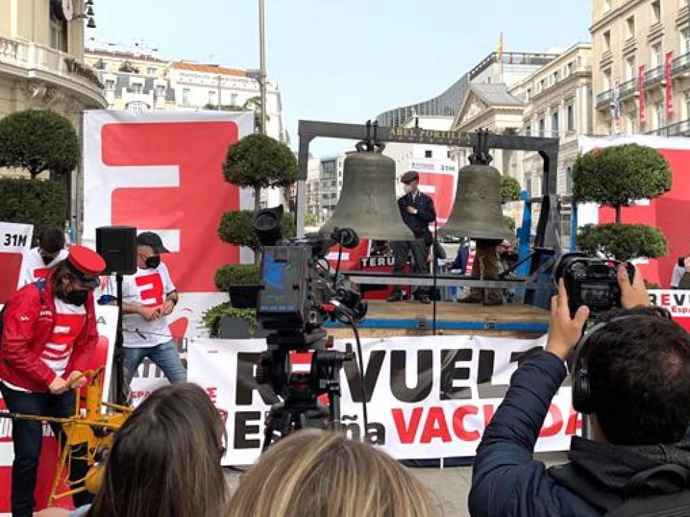Las campanas han tañido este miércoles frente al Congreso de los Diputados.