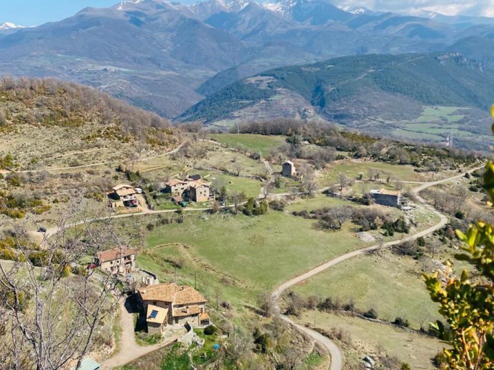 Buira es un núcleo de Bonansa, en la Comarca de La Ribagorza, donde todas sus casas están rehabilitadas y son residencia habitual, excepto una. Entre ellas, está Ca del Roi, una casa de turismo rural