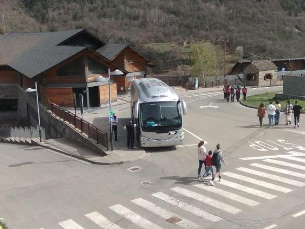 Uno de los autobuses para acceder a la pradera de Ordesa desde Torla, ayer en el Centro de Visitantes.