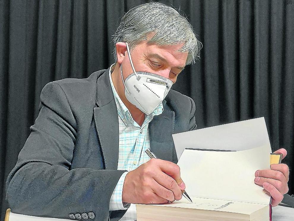 José Luis Corral firmó ejemplares tras la charla.