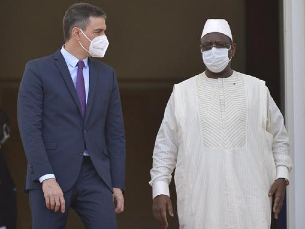 El presidente del Gobierno, Pedro Sánchez, ayer en Dakar con el presidente senegalés Macky Sall.