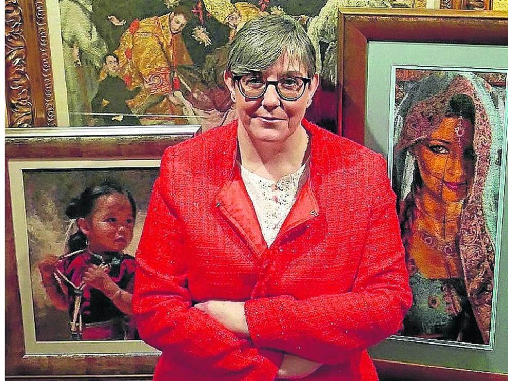 María Loriente delante de varias de sus obras.