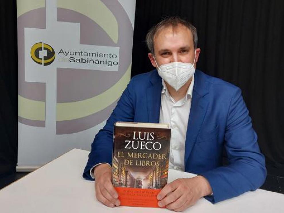 Luis Zueco posó en Sabiñánigo con su último libro.