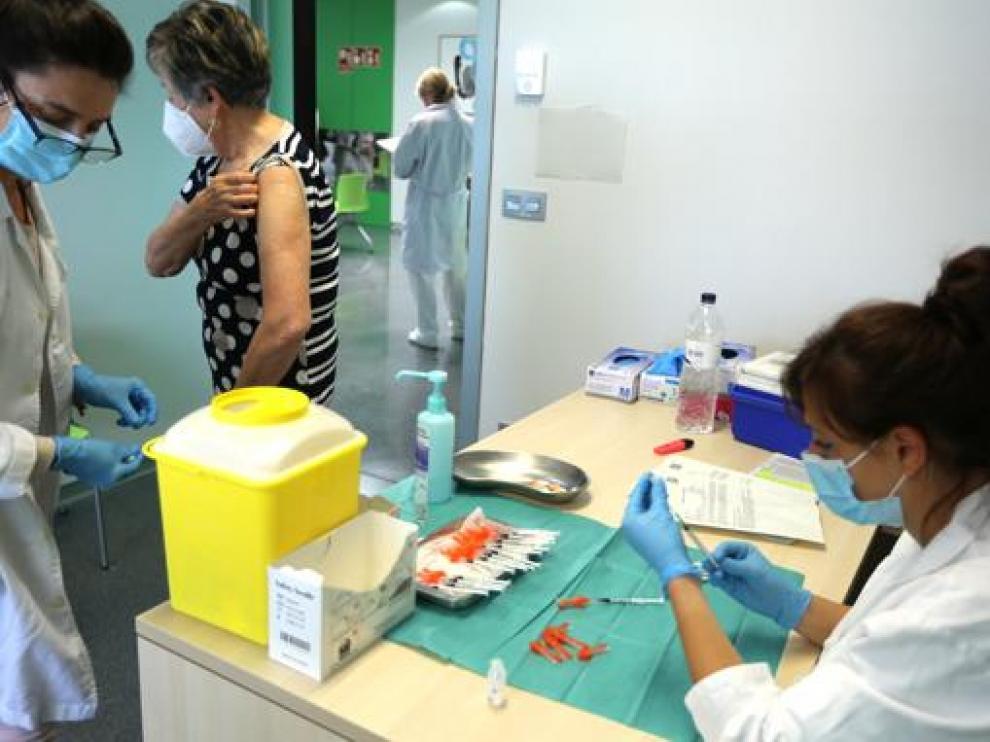 Vacunación en el Centro de Salud de Los Olivos de Huesca.