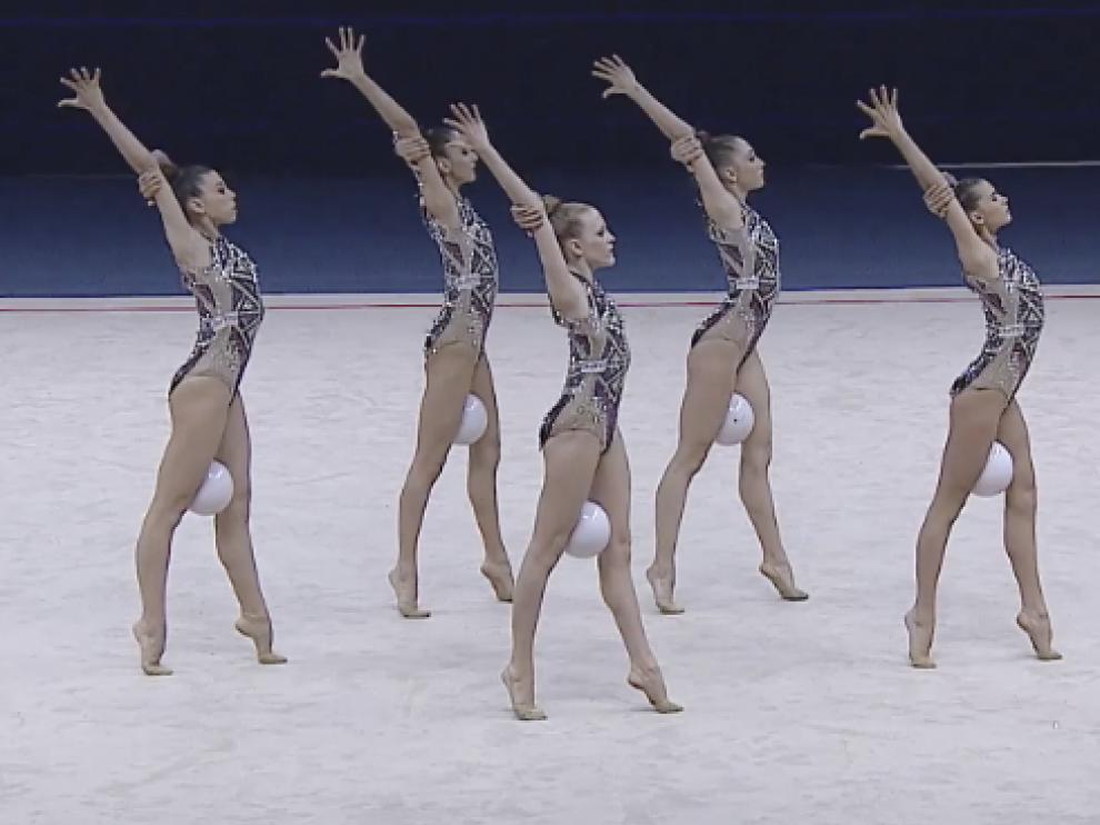 Inés Bergua (la primera por la derecha) y sus compañeras, en el estético inicio del ejercicio de cinco pelotas.