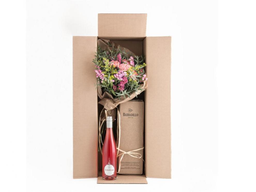 El pack para el día de la madre incluye una botella de Alquezar rosado y un ramo de flores.