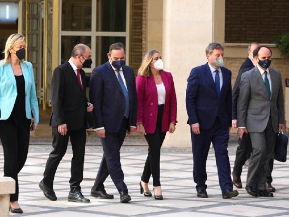 El ministro, flanqueado por el presidente de Aragón y la consejera andaluza, junto a otras autoridades.