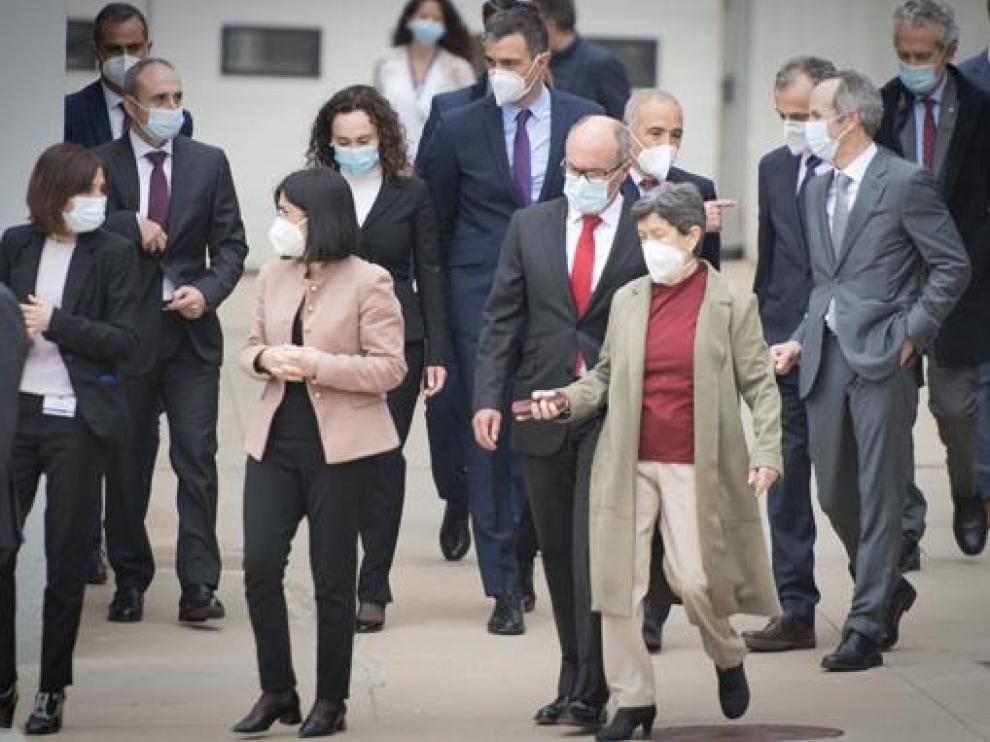 Pedro Sánchez, en el centro de la imagen y la ministra de Sanidad, Carolina Darias (segunda por la izquierda) en la visita a Hipra