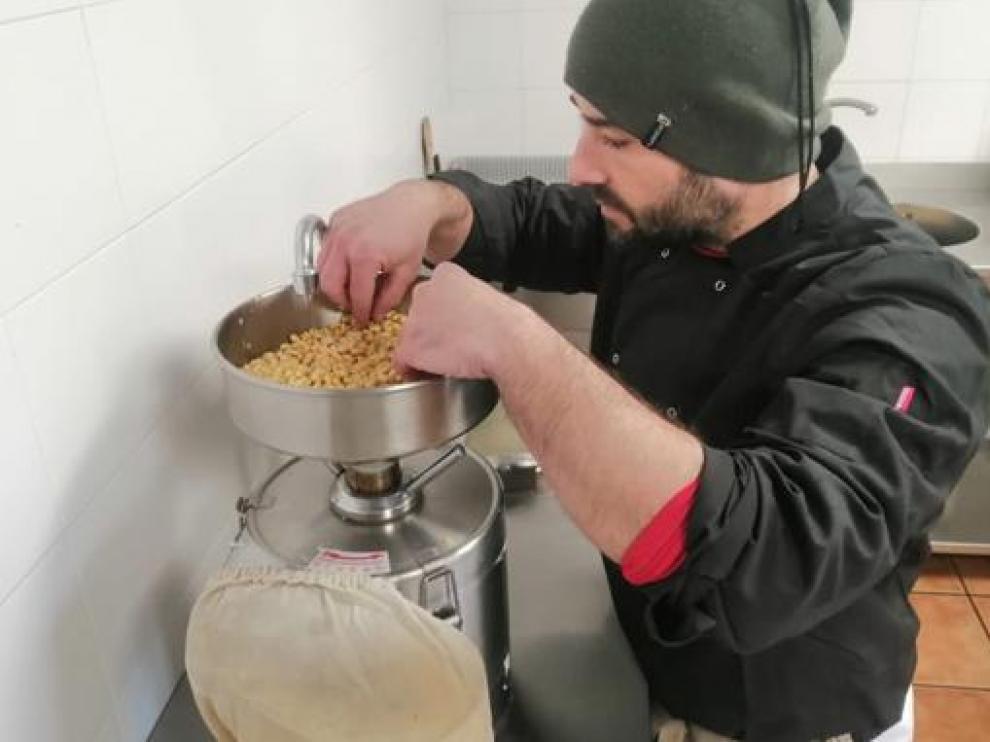 Sergio García elabora el tofu artesano 'LoGrau', que ahora se empieza a comercializar.