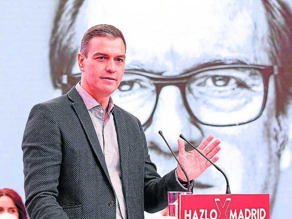 Sánchez, con la imagen de Gabilondo de fondo en el acto de ayer.