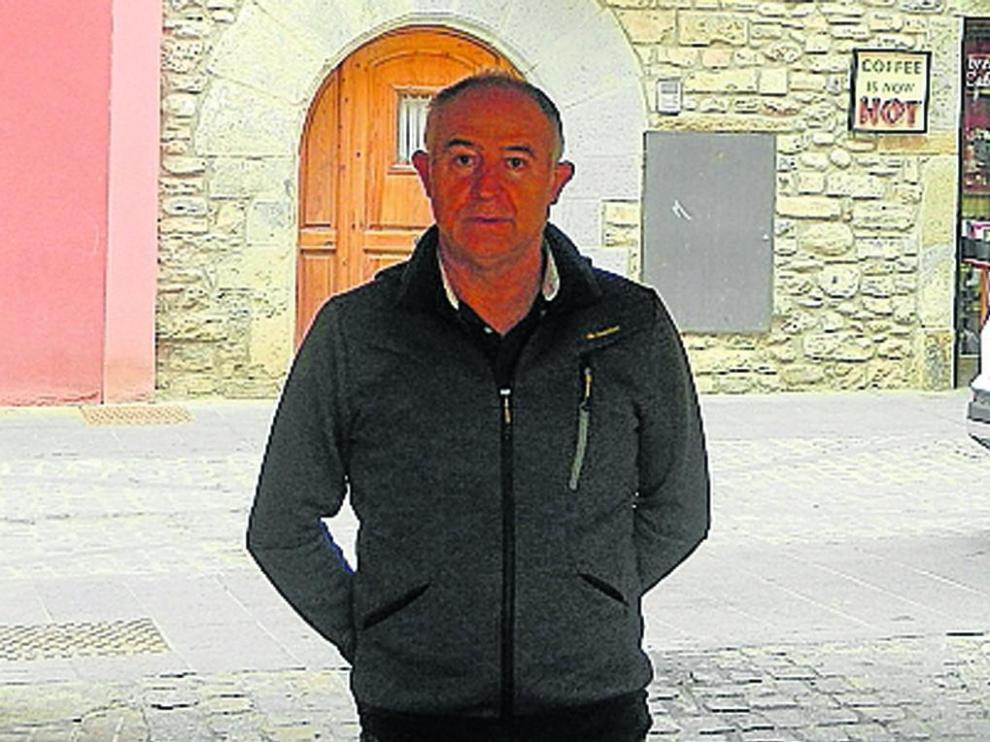 El presidente del Casino Unión Jaquesa, Pedro Juanín, en la calle del Arco.