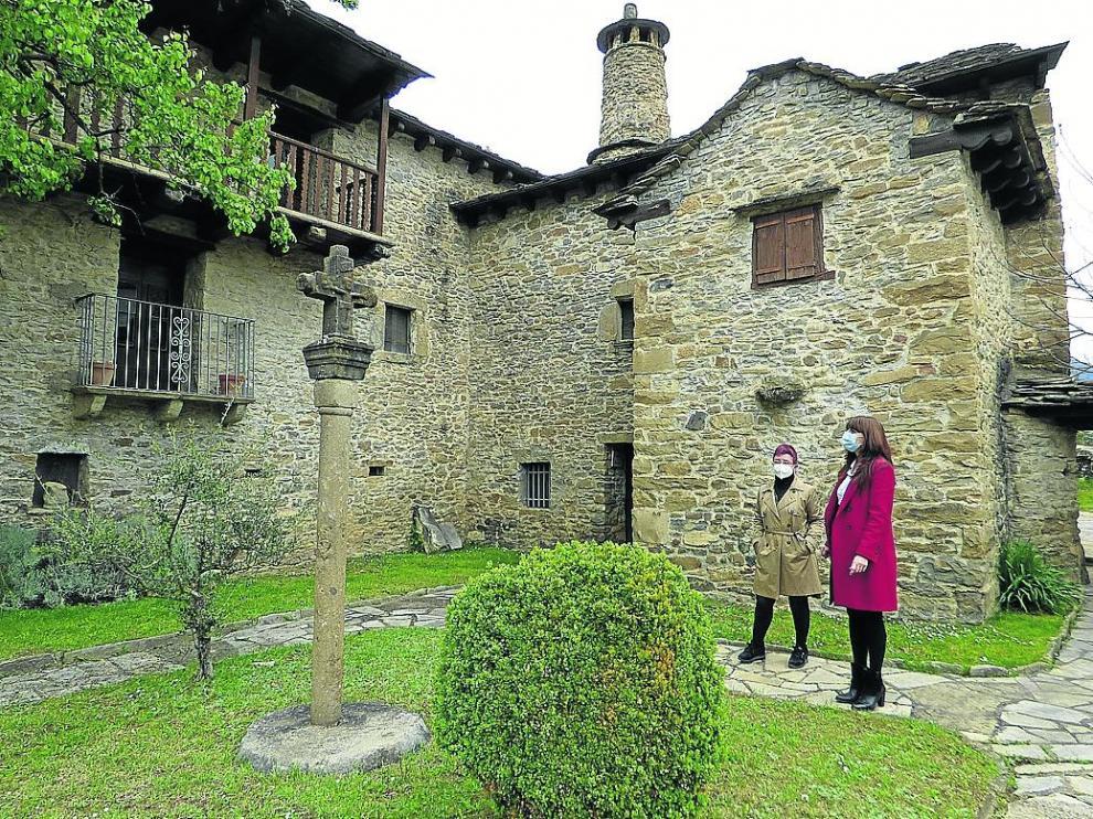 Pilara Piedrafita e Isabel Mañero, en el jardín del Museo Ángel Orensanz y Artes de Serrablo.