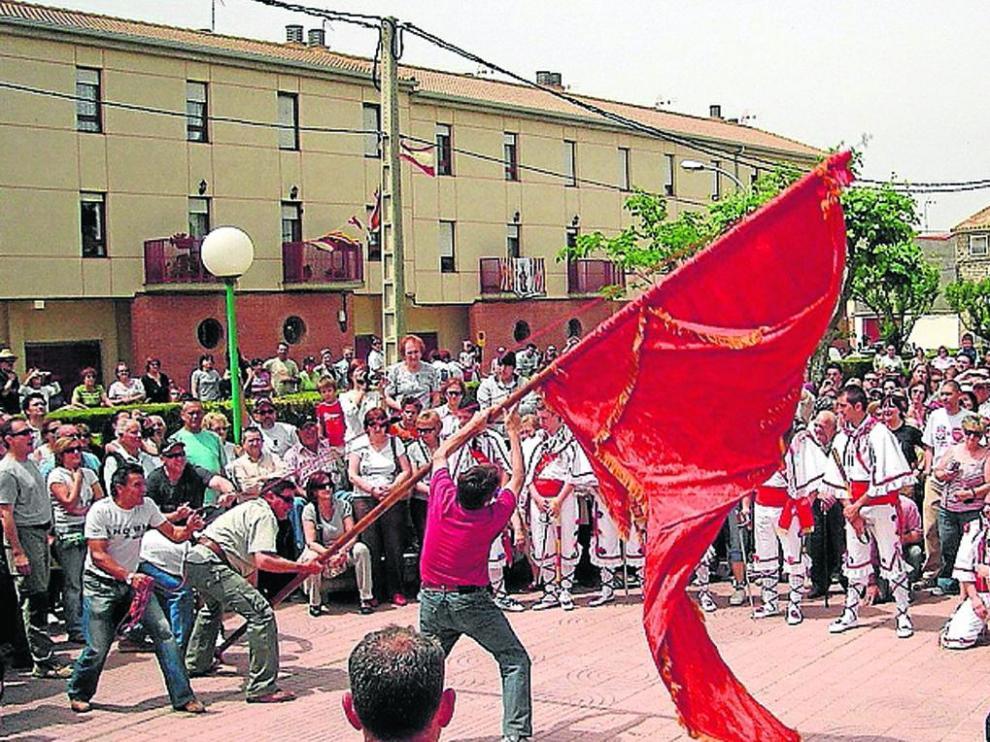 Saludo de la bandera, en Tardienta, que celebra sus fiesta en honor a Santa Quiteria.