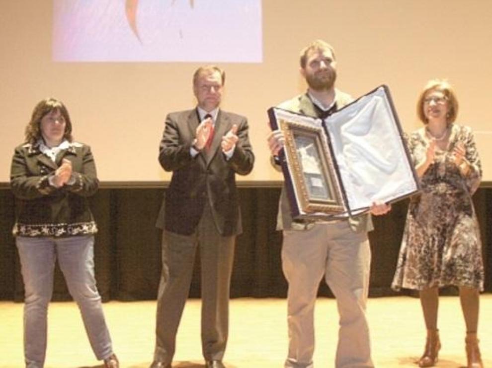 David Beriáin muestra el Premio Porquet de Periodismo Digital que se le entregó en Huesca en 2009