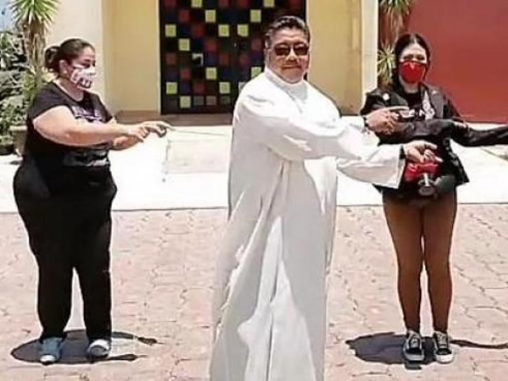 Padre Cheke en una de sus actuaciones