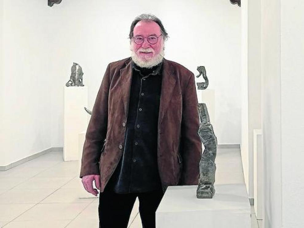 Francisco Gracia, en la sala de arte granadina, con la exposición ya montada.