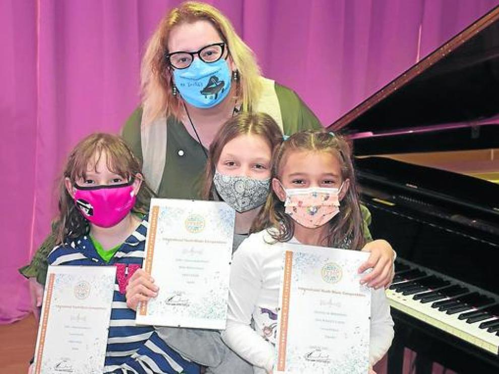 Nati Ballarín con sus tres alumnas premiadas.