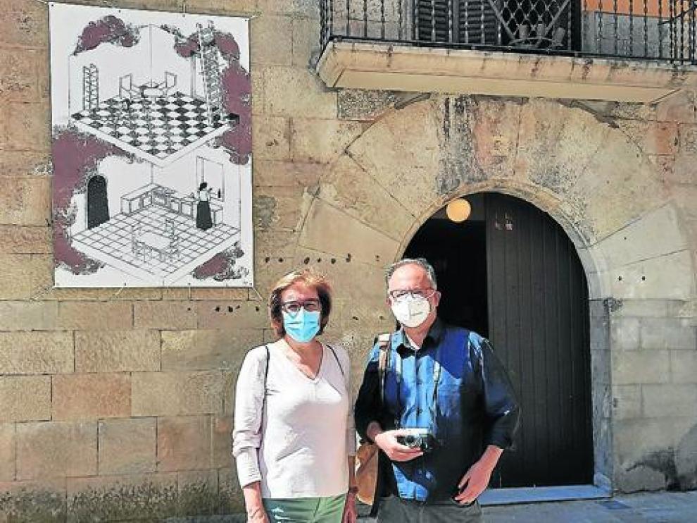 Pepa Mur y Grassa Toro, delante de la Biblioteca de Graus.