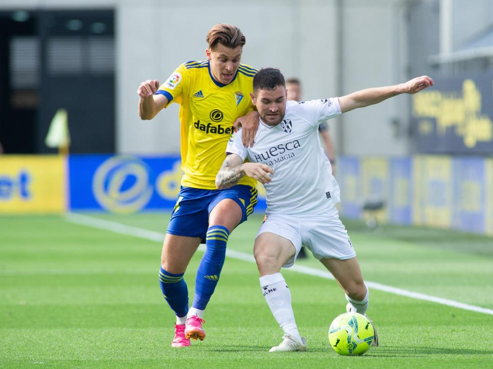 Javi Galán lucha por la pelota con Alejo.