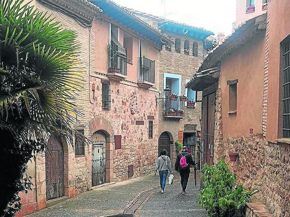 Turistas en una calle de Alquézar durante la jornada de este domingo.