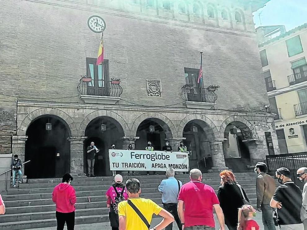 Participantes en la concentración de Ferroatlántica este sábado, en la plaza Mayor de Monzón