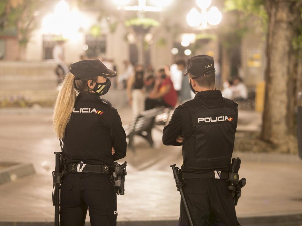 Policías controlando el cumplimiento de las medidas sanitarias en la plaza Navarra tras el fin del estado de alarma.