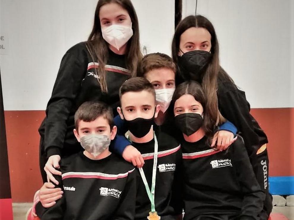 Los seis jugadores oscenses en Villanueva de la Vera y la flamante medalla de Alejandro Gállego.
