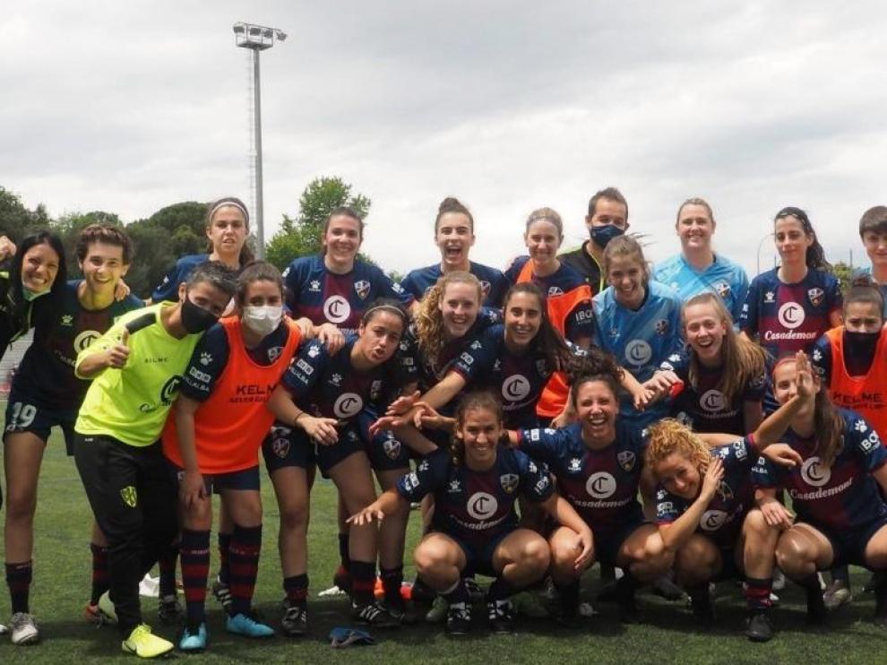 Jugadoras y cuerpo técnico azulgranas celebran la permanencia lograda en Gerona.