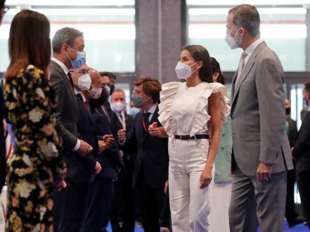 Los reyes don Felipe y doña Letizia conversan con participantes en Fitur 2021.