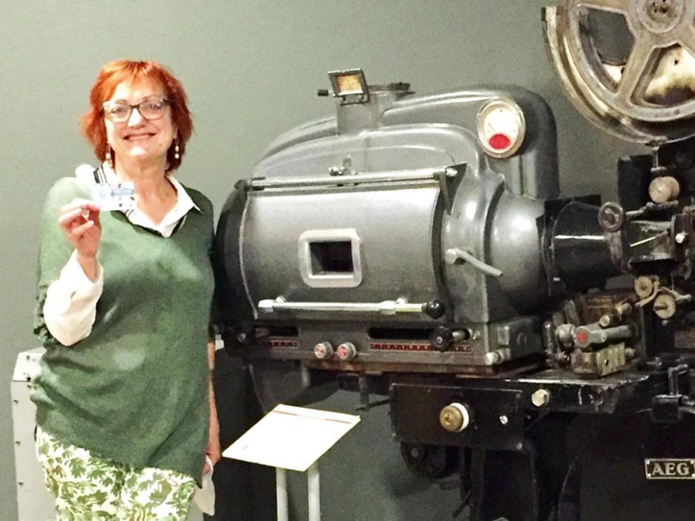María Ángeles Arasanz ha sido premiada por la persona que más veces ha ido al Cine Salamero usando la tarjeta cultural.