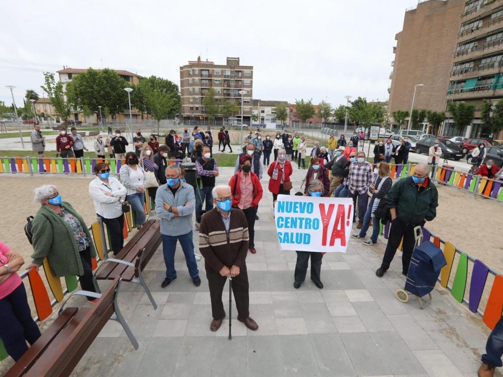 Vecinos de diferentes barrios durante la concentración para pedir el nuevo centro de salud