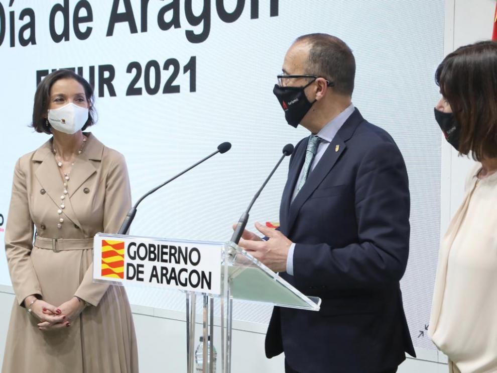 Reyes Maroto, Felipe Faci y Elena Allué en el estand de Aragón ayer en Fitur.