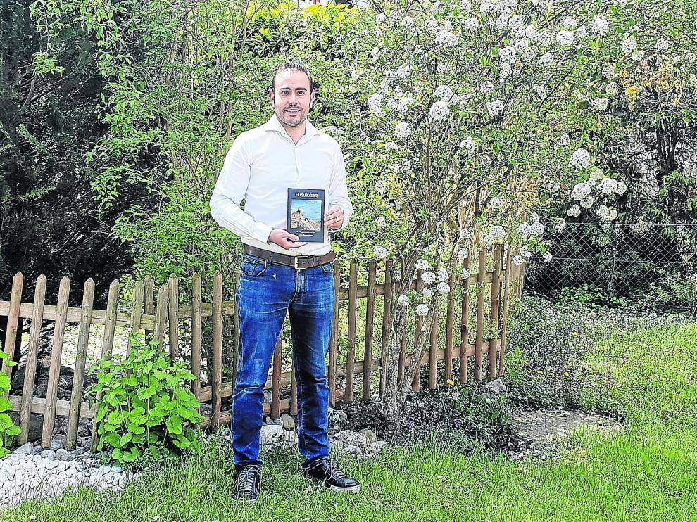 Carlos Clavería Huerva posa con su libro